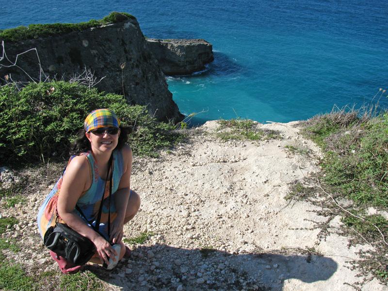 Occhiali da sole ed un borsello per proteggere la macchina fotografica, due oggetti indispensabili in un viaggio ai Caraibi.