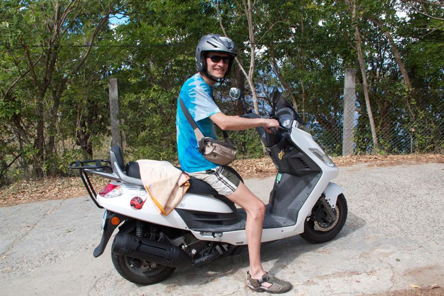 In scooter per le stradine di Terre du Haut.